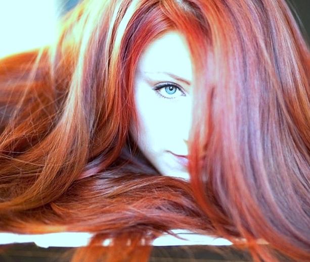 Сухие,длинные и кудрявые волосы тоже можно красить и лечить хной!Как?Читайте в нашей статье!